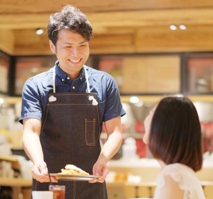 飲食店で働いてる男性の画像